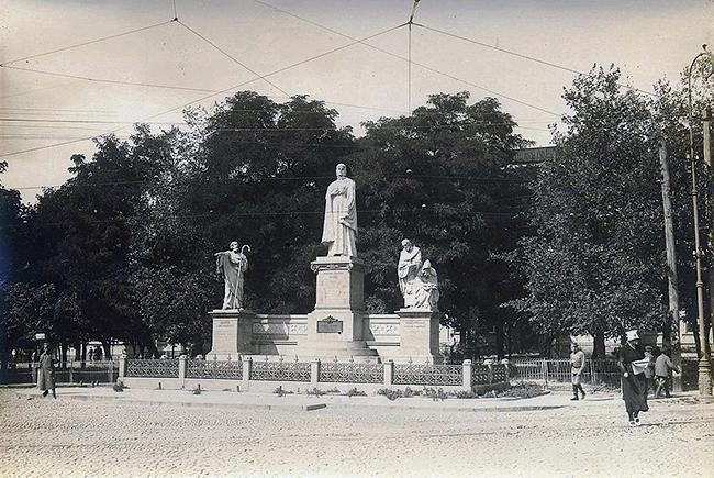1200px-Памятник_княгине_Ольге,_Апостолу_Андрею,_Кириллу_и_Мефодию(Киев_1911)