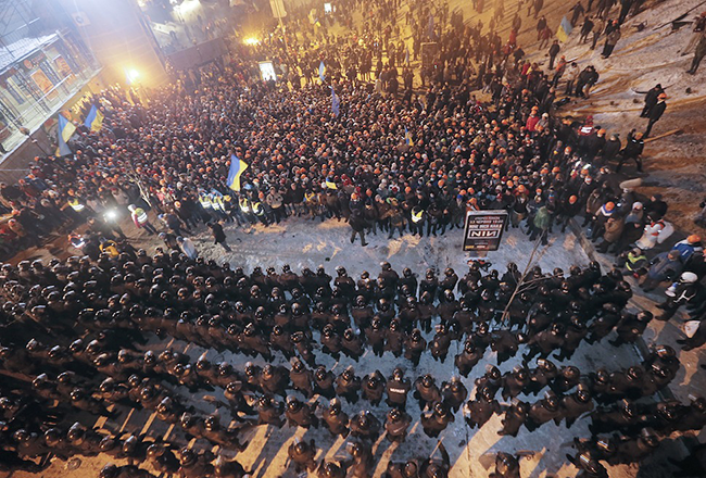 Berkut-special-police-stand-opposite-protesters-in-Ukraines-Maiden-Square