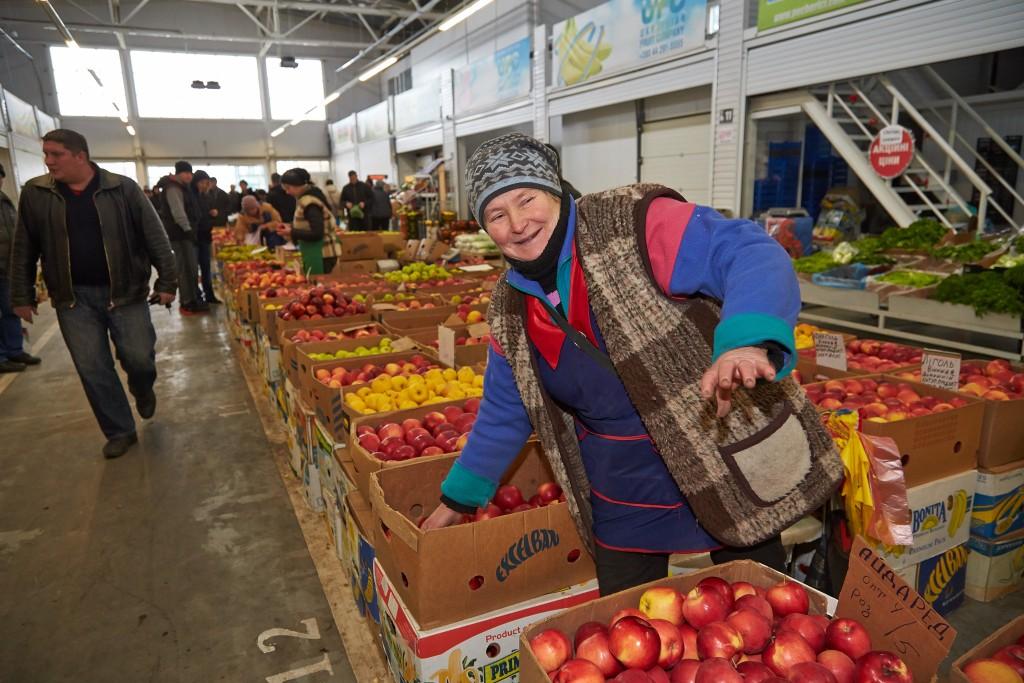 Тетя Валя, привезла из Винницы свои яблоки.