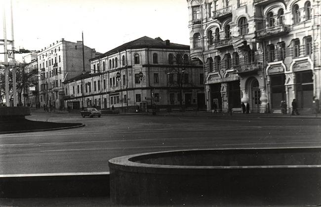 1983-год-Площадь-Льва-Толстого.-На-пересечении-с-Пушкинской-жилой-дом-на-месте-нынешнего-банка-Киев-Донбасс