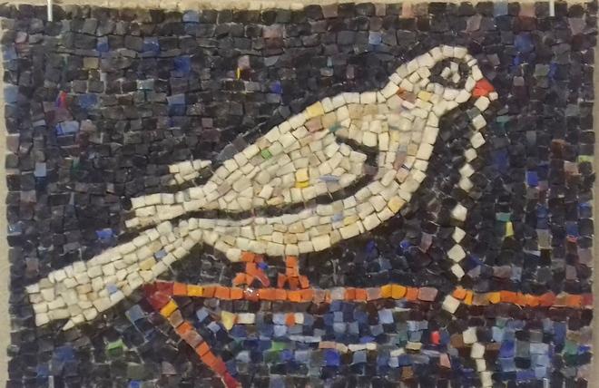 Білий птах з кольорової смальти